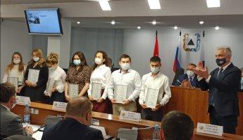 За работу в условиях пандемии COVID-19. Магнитогорские депутаты отметили студентов медколледжа